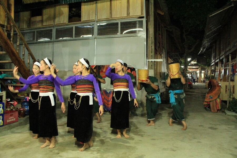<p>Admiring traditional dance in Lac village</p>