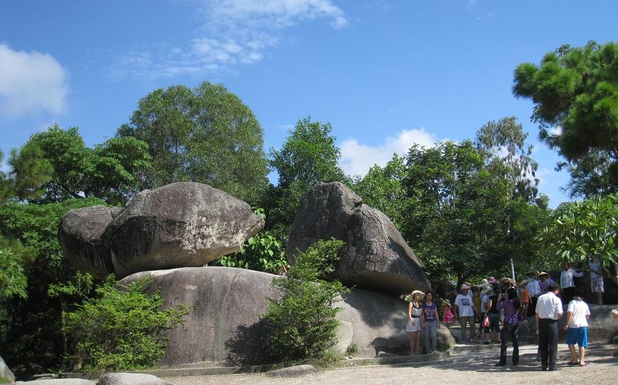 <p>Hòn trống mái Sầm Sơn</p>