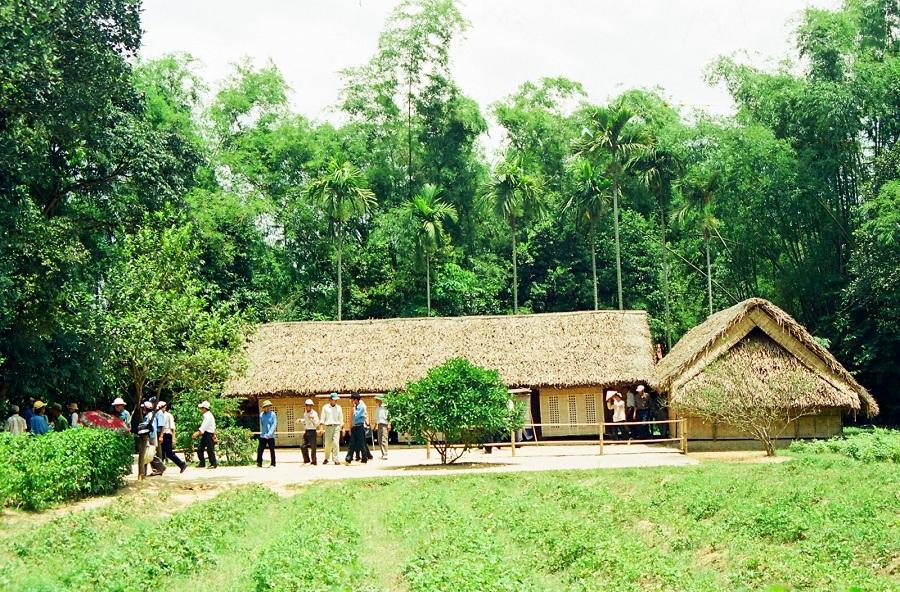 <p>Ngôi nhà Bác Hồ tại làng Sen</p>