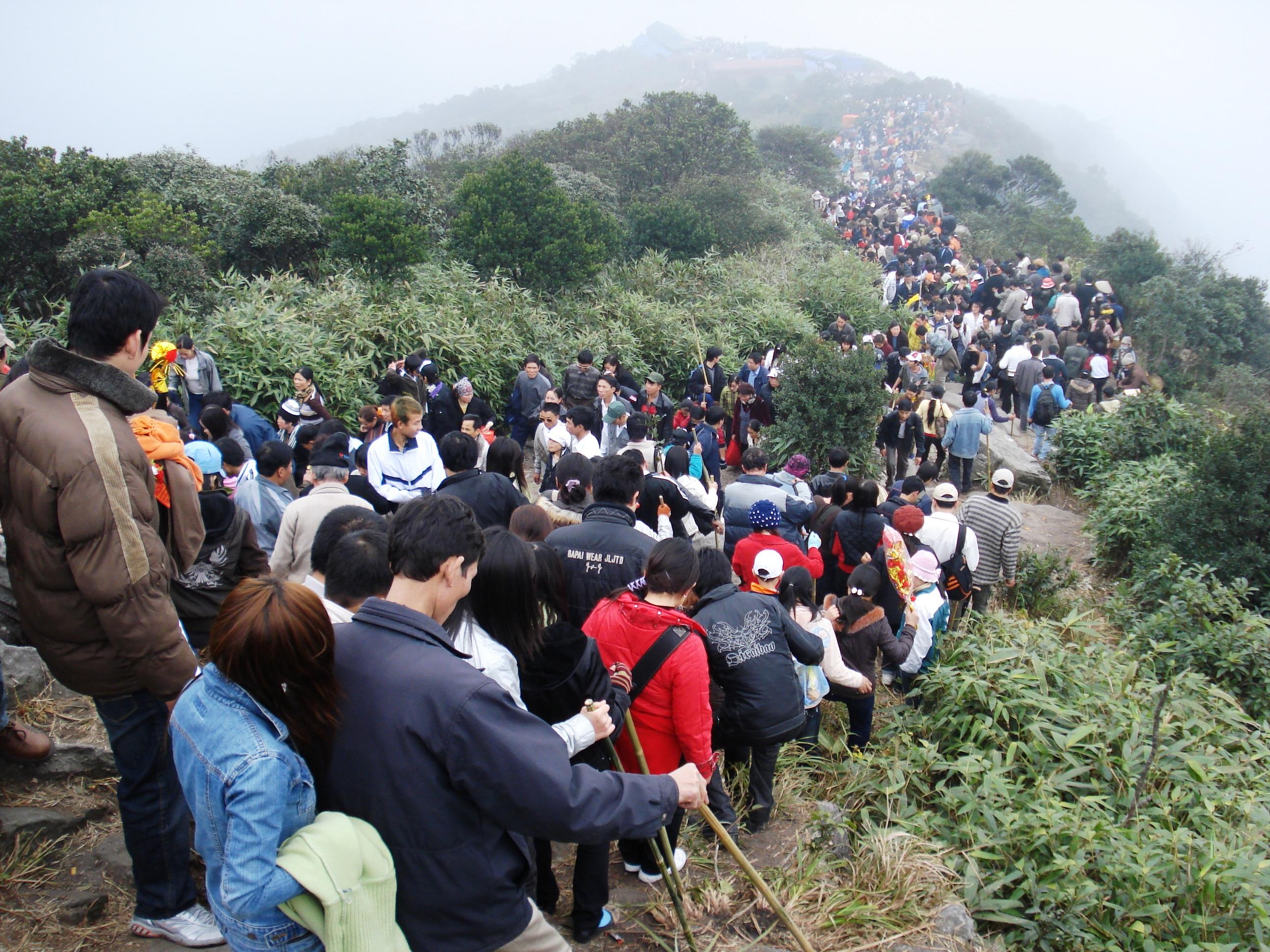 <p>Đoàn người chiêm bái tại Yên Tử</p>
