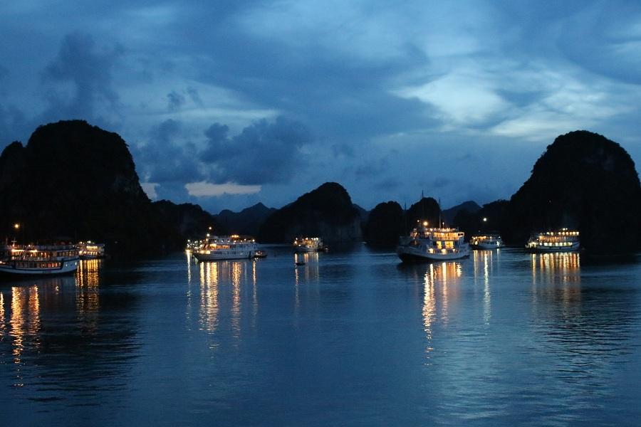 <p>Ngủ du thuyền ngắm nhìn Hạ Long về đêm</p>