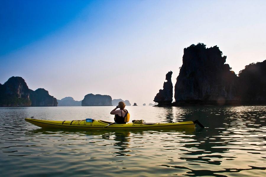 <p>Chèo thuyền Kayak ở Vịnh Hạ Long</p>